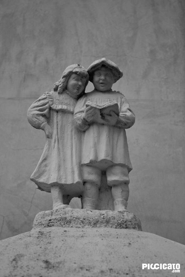 Escultura de niños en Guadalest