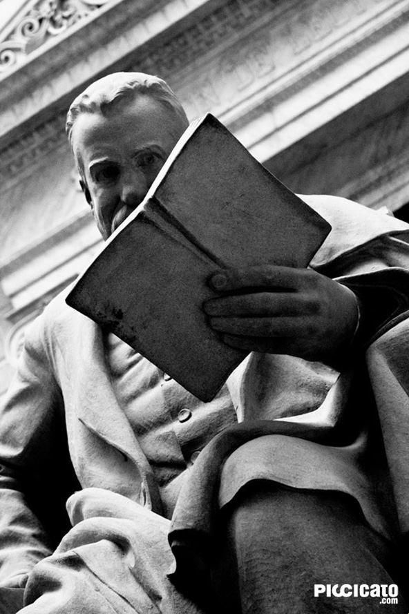 Escultura leyendo en la Biblioteca Nacional de Madrid.