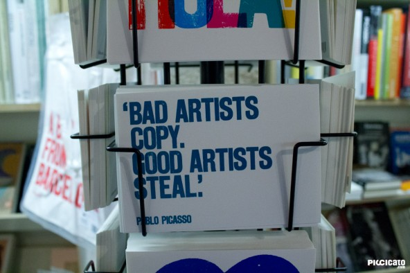"Detalle de Postal ""Bad Artists copy. Good artists steal"" en Barcelona"